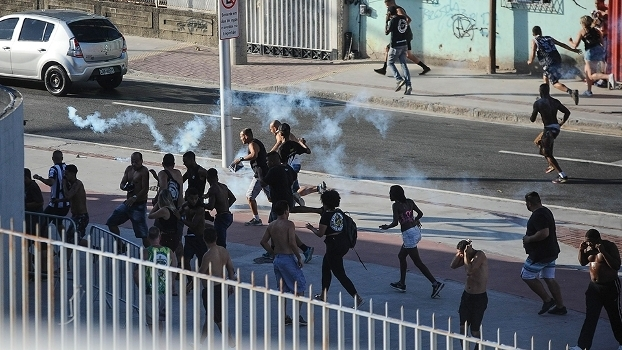 Briga entre torcedores de Flamengo e Botafogo fora do Engenhão matou um torcedor, em fevereiro