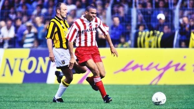 PSV lança nova camisa inspirada nos tempos de Ronaldo  Fenômeno ... 2d5e60339cf1d