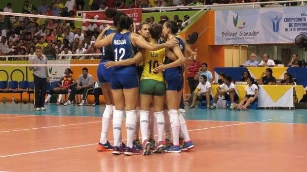 Jogadoras da seleção de vôlei comemoram vitória no Sul-Americano