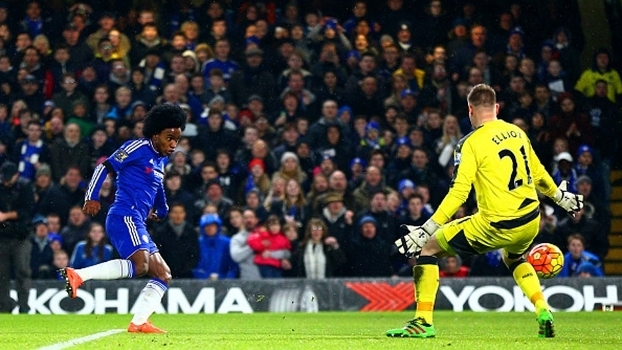 Willian, do Chelsea, finaliza e marca contra o goleiro Elliot, do Newcastle
