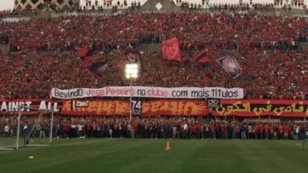 Torcida improvisou faixa em português para Jose Peseiro