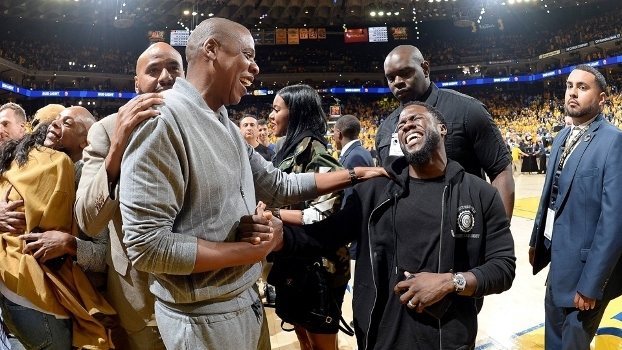Jay Z e Kevin Hart se divertem no jogo 1 das Finais da NBA em 2017