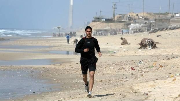 Sem poder sair do país, Bahaa Al-Farra treina na areia da praia de Gaza