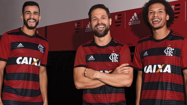 9388c6fb784d1 Flamengo revela sua nova camisa para 2018