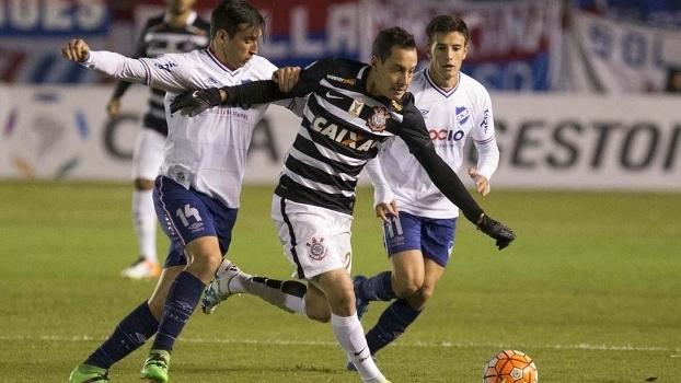 Rodriguinho em campo no 0 a 0 contra o Nacional-URU