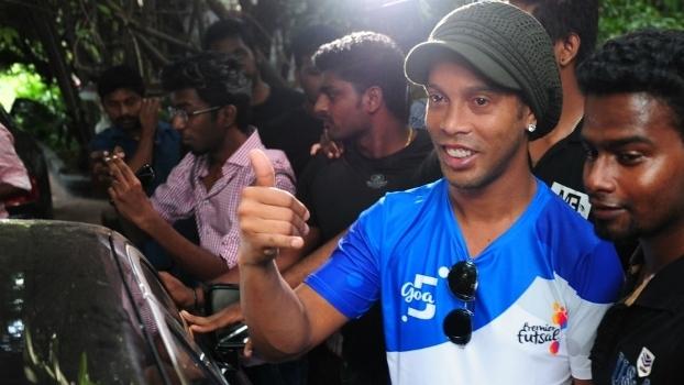 Ronaldinho foi assediado por jornalistas e fãs na Índia d37effc50c426