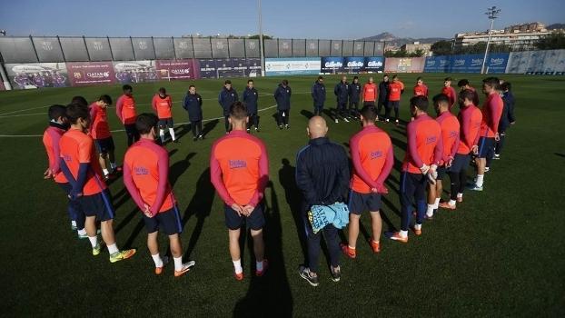 98f71ed462 Jogadores do Barcelona fazem minuto de silêncio antes do treinamento
