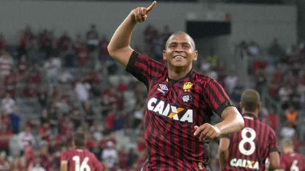 O atacante Walter fez dois gols na vitória do Atlético-PR neste domingo
