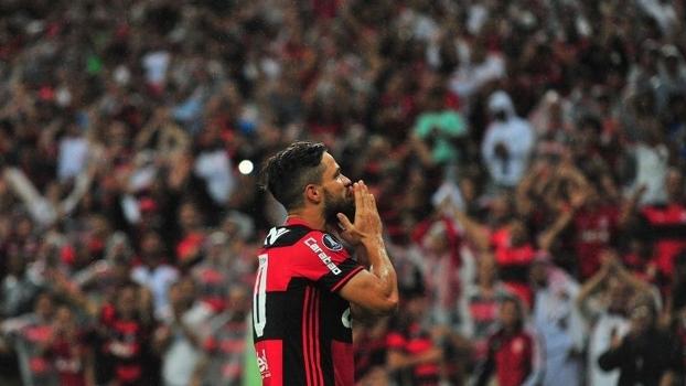 Diego comemora gol na vitória sobre o Atlético-PR com torcida do Flamengo