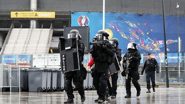 3ad21ef52e Pacote suspeito faz polícia isolar área perto do Stade de France ...