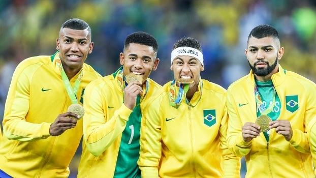 Walace, Gabriel Jesus, Neymar e Gabigol comemoram medalha de ouro