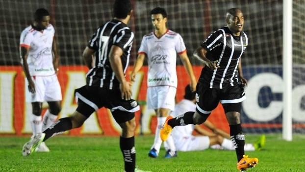 Alan Mineiro comemora seu gol na vitória sobre o Mogi Mirim