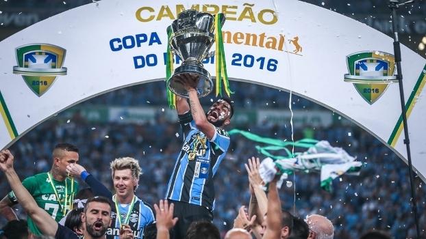 Capitão Maicon levanta a taça: o Grêmio é campeão da Copa do Brasil 2016