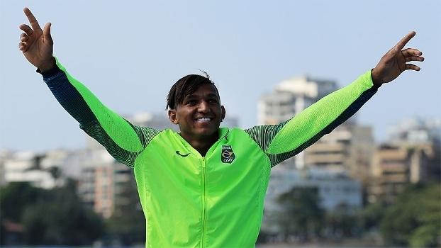 Isaquias Queiroz comemora medalha de bronze no pódio do C1 200m no Rio