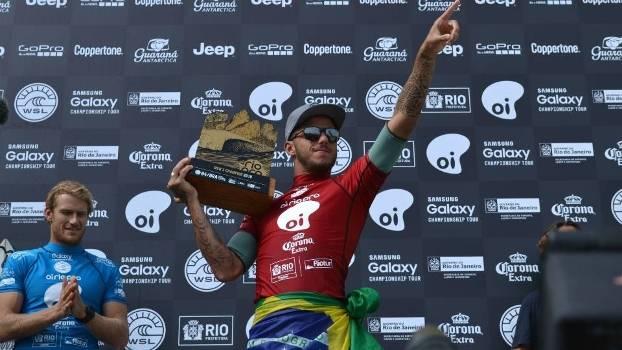 Filipe Toledo com o troféu no pódio após o título, neste domingo, no Rio de Janeiro