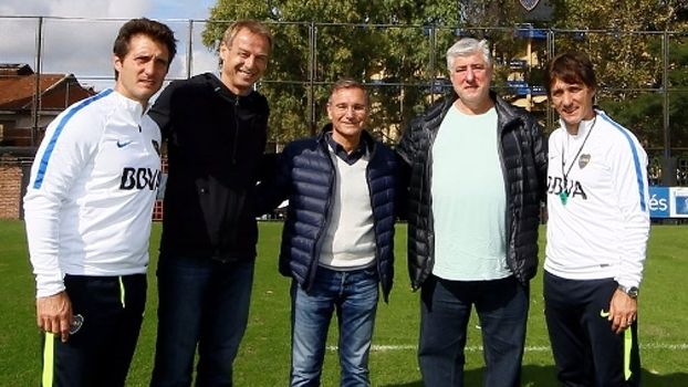 Jurgen Klinsmann e os irmãos Barros Schelotto no CT do Boca Juniors