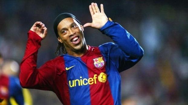 Com golaço de bicicleta, Ronaldinho brilhou na vitória do Barça sobre o Villarreal
