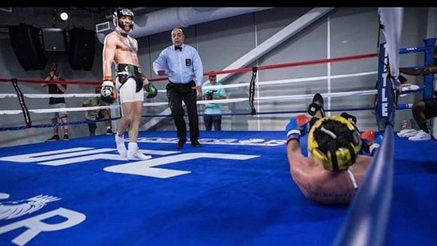 Imagem que vazou nas redes sociais dava a entender que McGregor havia nocauteado Malignaggi em treino