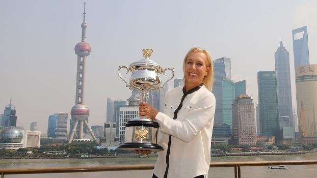 Navratilova segura o troféu do Australian Open, torneio que conquistou três vezes; ela tem 18 Grand Slams na carreira