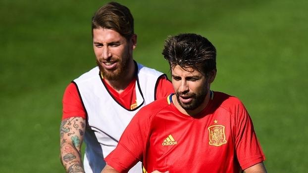 Sergio Ramos e Gerard Piqué, juntos, em treino da seleção espanhola