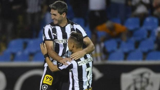 O uruguaio Navarro fez três gols na vitória do Botafogo nesta terça à noite