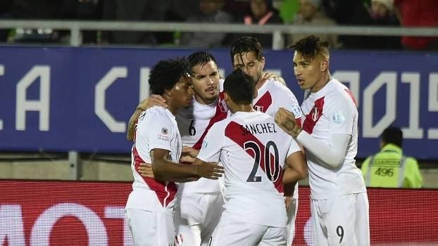 Jogadores do Peru comemoram gol de Pizarro na vitória sobre a Venezuela