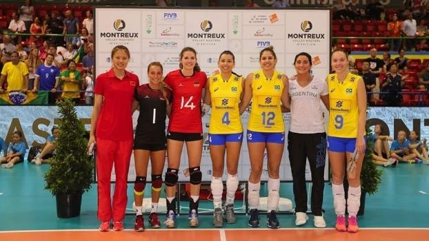 As sete atletas premiadas perfiladas para foto oficial