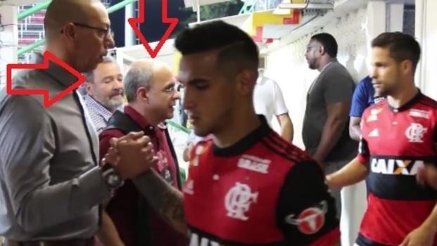 Fred Luz e Bandeira de Mello esperam jogadores na entrada em campo, deixando o vestiário