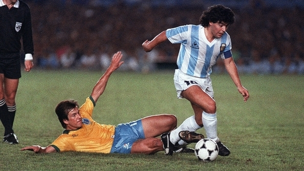 Maradona é marcado por Dunga em Brasil x Argentina na final da Copa América de 1989, no Rio de Janeiro