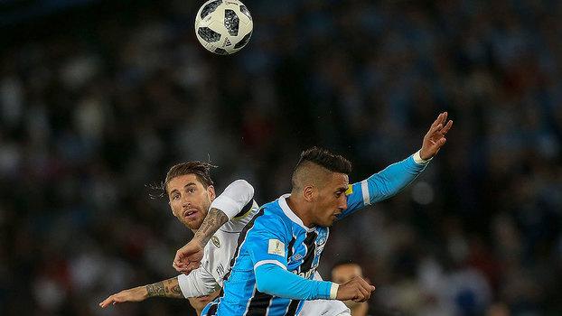 e1825f2faf92c Lucas Barrios, do Grêmio, em disputa de bola com Sérgio Ramos, do Real