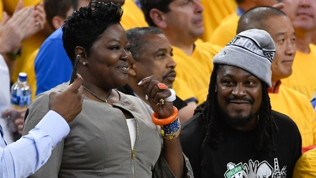 Wanda Durant, a mãe do astro, e a estrela da NFL, Marshawn Lynch, na torcida pelos Warriors no jogo 1 das Finais em 2017. A torcida deu certo.