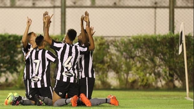 Jogadores do Botafogo comemoram vitória sobre o Sport no Brasileirão