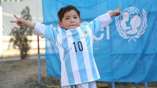 Murtaza Ahmadi, 5, ganhou duas camisas da Argentina autografadas por Lionel Messi