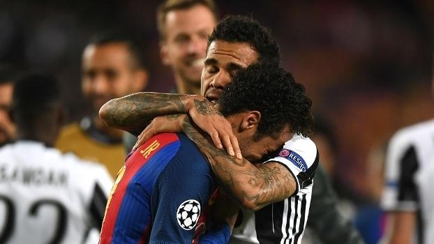 Neymar é consolado por Daniel Alves ao fim da partida