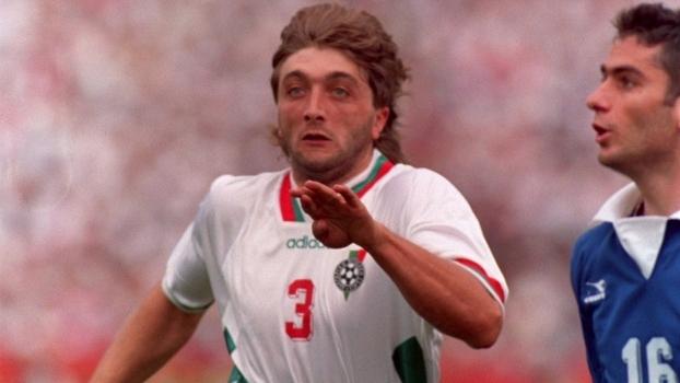 Trifon Ivanov em ação pelo Bulgária contra a Grécia na Copa de 1994