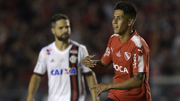 Meza comemora gol do Independiente, e Diego lamenta pelo Flamengo