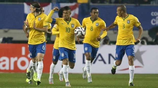 Jogadores do Brasil comemoram gol na estreia na Copa América contra o Peru