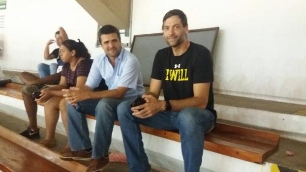 Lizandro Miranda (esq.), scout dos Mavericks, ao lado de Oberto