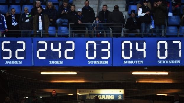 No estádio do Hamburgo, há um relógio marcando há quantos anos, dias, horas, minutos e segundos o clube está na Bundesliga; foto de Abril de 2016