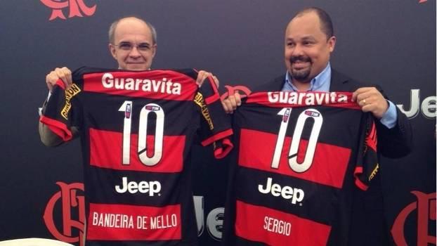 Divulgação Flamengo. Presidente Eduardo Bandeira de Mello posa com a camisa  com a nova patrocinadora do Fla a4ff83bad0833