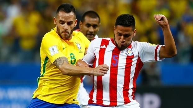 Renato Augusto em ação contra a seleção paraguaia