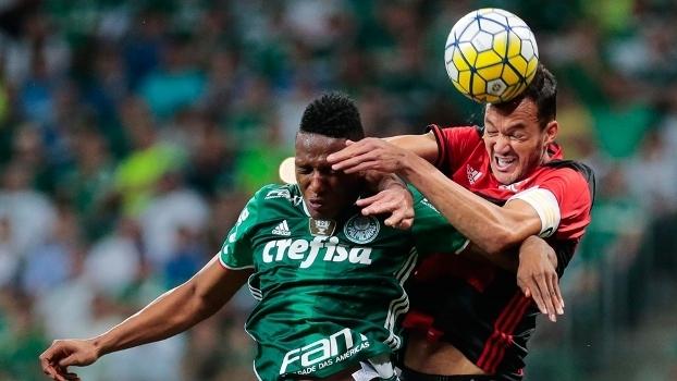 Mina e Rever disputam bola no jogo entre palmeiras e Flamengo