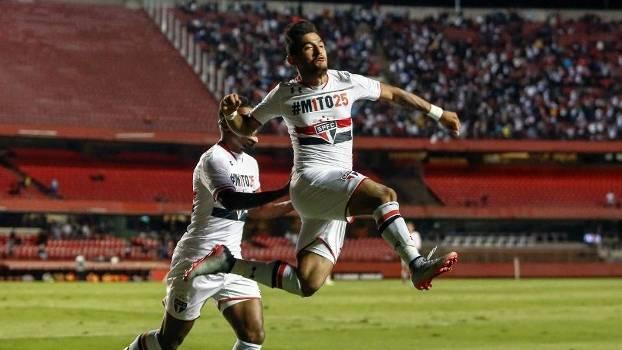 Destaque do jogo, Rogério comemora o gol da vitória do São Paulo