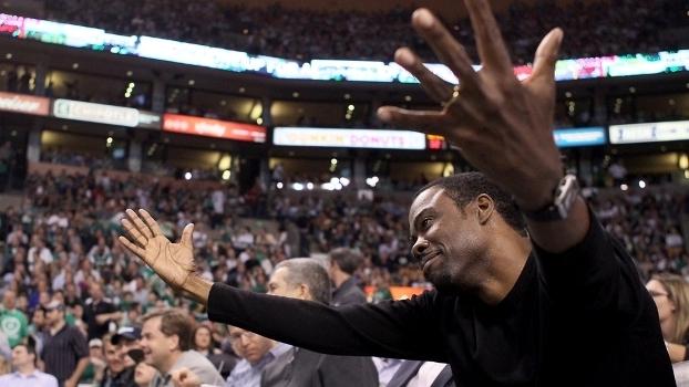O gesto de Chris Rock tem um destinatário: Will Smith, no jogo 5 das semifinais da Conferência Leste entre Celtics e 76ers em 2012