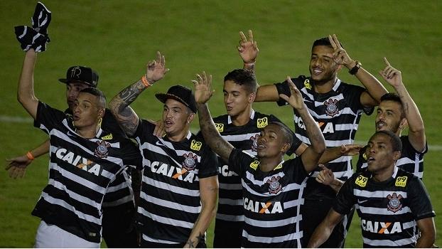 Jogadores do Corinthians comemoram título com nova camisa do Corinthians c58ec149f5d18