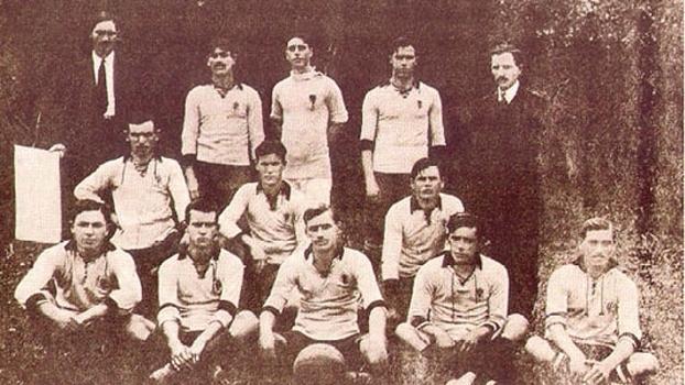 Amílcar Barbuy (com a bola) com o time do Corinthians campeão em 1914