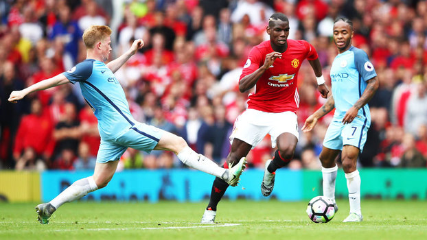Pogba (dir), do United, escapa de De Bruyne, do City, durante clássico de Manchester