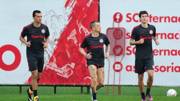 Micale poupa sete jogadores e escala Robinho e Fred no Atlético-MG