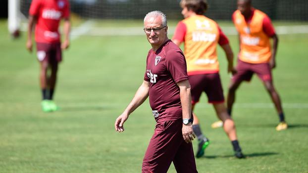 Dorival Júnior comandando treino do São Paulo no CT da Barra Funda