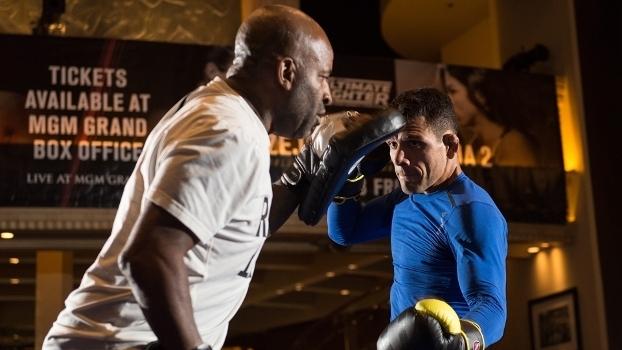 Dos Anjos treinando com Rafael Cordeiro, treinador que mudou o estilo dele